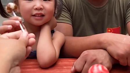 趣味童年:小宝贝和爸爸吃棒棒糖,都想要巧克力