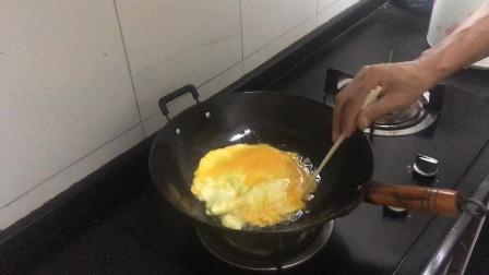肥猪油煎炸鸡蛋,煎出松软可口的金黄色鸡蛋苞,色艳味道正