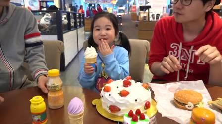国外萌娃时尚,萌娃在吃冰淇淋吃蛋糕,太有趣了