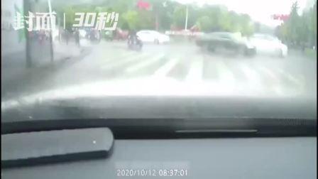 30秒|路边有群众喊腹痛受不了啦, 四川自贡沿滩: 走我送你去医院!
