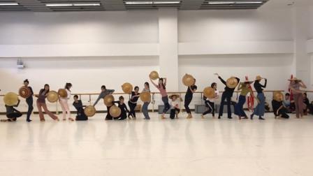 舞剧《英雄儿女》排练,一出脚就知道是专业舞者,这脚背太美了!