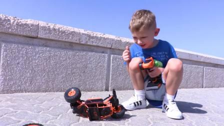 国外儿童时尚,小男孩在户外玩遥控汽车,看起来好有趣呀
