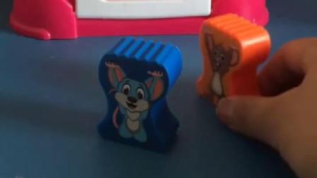 两只小老鼠也来偷奶酪了,它们要带回家,结果被爷爷发现了