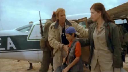 飞机安全着陆,军官证件,男子在旁边接话