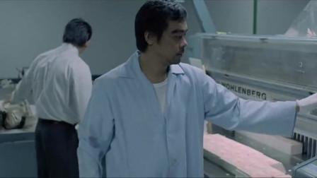 目露凶光:刘青云为摆脱现状,把常威双臂压到切纸机刀锋下,够狠