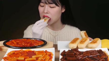 吃播小姐姐吃辣炒年糕条和奶酪蛋糕,吃的超过瘾