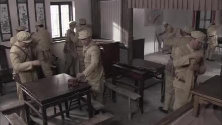战士们脱掉帽徽和领章,四个军团首尾并进,过鸭绿江