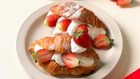 草莓奶油夹心可颂,美味加倍!