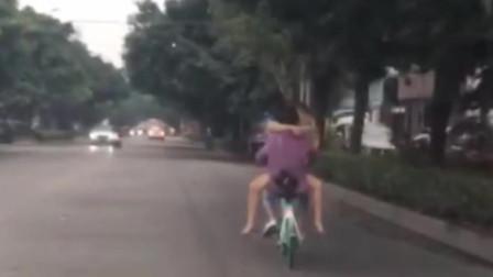 """广东揭阳街头情侣""""老树盘根""""式骑单车玩命撒 看呆后车司机"""