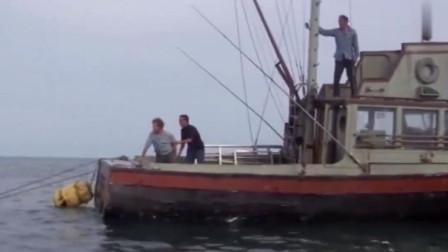 大白鲨:船夫遭遇大白鲨,全程危机高能,鲨口逃生!