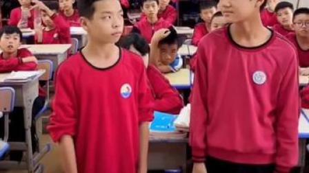 14日,江西吉安俩同桌男孩吵架,班主任罚对视谁先笑谁先道歉,其中一名男孩做了个鬼脸笑翻全场,俩人随后拥抱和好。