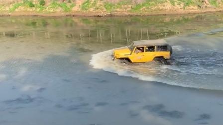 别人还在河里钓鱼,老司机竟然从中间穿过,太缺德了!