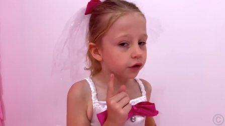 国外萌宝时尚,小女孩给芭比娃娃洗澡,好有意思啊