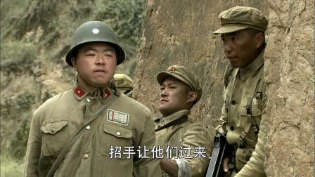 战士们抓到一个敌军小兵,让他学着说话,敌军自己人打了起来