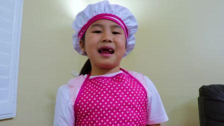 外国萌宝时尚,小萝莉自己在家做蛋糕,太有趣了吧