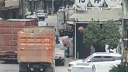 货车剐蹭民房电线,电光闪动吓坏居民,司机开车跑了:我怕堵车