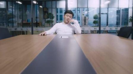 男子在办公室开会,美女却直接爬上了桌子,男子终于等到这一刻