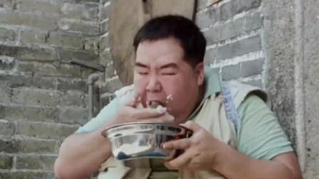 肥猫智商只有50,遭家人抛弃后,为填饱肚子跟狗狗抢饭吃!