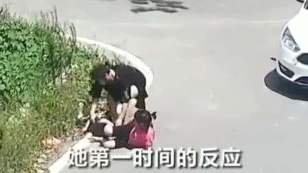 十字路口母女三被撞飞,给孩子安全,才是最好的母爱!