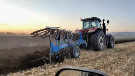 重型拖拉机携带新型耕犁在农田中高速耕作