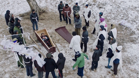 70岁老人怕没人送终,提前给自己举办葬礼,引得全村人争相观看
