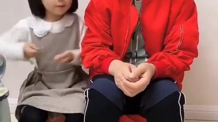 童年趣事:宝宝想抱宝宝