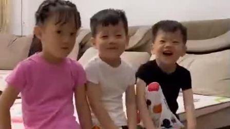 童年趣事:孩子们自己收拾玩具,把玩具收拾得干干净净