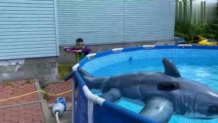 扮演游戏:小伙靠近游泳池听到鲨鱼呼吸声,吓得躲进汽车后备箱