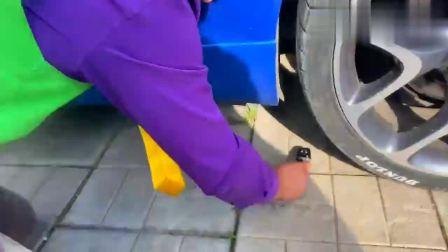 扮演游戏:小伙偷玩哥哥的汽车钥匙被抓个正着