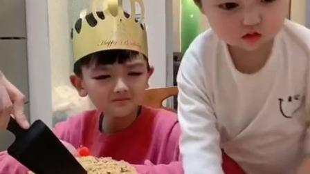 熊孩子垂涎一整天的蛋糕,吃到嘴里的那一刻,这是啥表情?