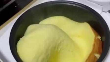 媳妇儿做的蒸蛋糕,打开电饭煲的那刻,以后基本厨艺了!