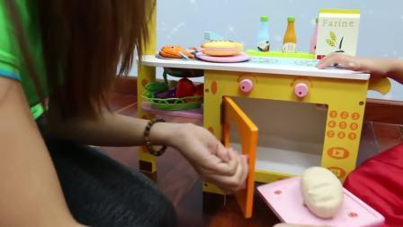 国外萌娃时尚,小伙伴给两位大姐姐烤面包吃,真厉害呀