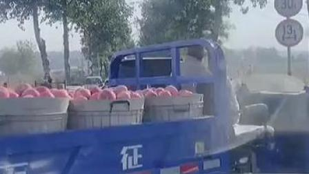 以真心换真心!路面堵车果农的三轮车无法通过,司机让路后收到鲜桃~