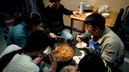 老爸回家团圆,一家人一锅鸡,10年前的古董炉子都用上了,真香