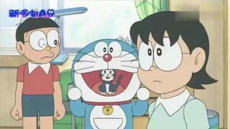 猫咪藏在了哆啦A梦的嘴里,差点被妈妈发现了,太搞笑了!