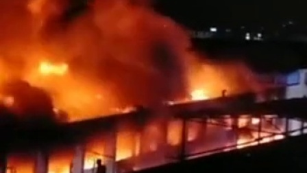 广州花都一工厂突发大火, 明火已扑灭, 消防员高声劝离围观者
