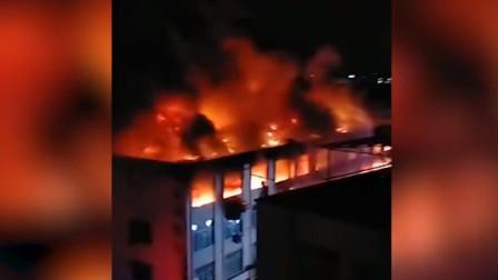 广州花都一工厂大火:消防员高声劝离围观民众 明火已被扑灭