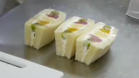 日本街头的一种水果三明治,里面填满了奶油与各式水果