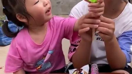 童年趣事:姐姐总是拿妹妹的糖果