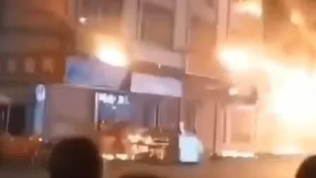 广州花都一工厂起火, 消防员高声劝离围观群众