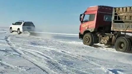雪天路虎,老司机开丰田霸道救援大货车爬坡,这车太猛了!