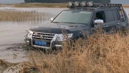 老司机对自己真狠,这种沼泽地也敢下去玩,太猛了!
