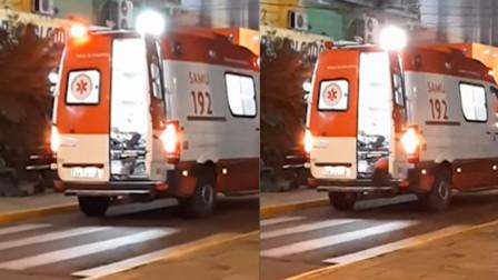 人间天使:狗狗为陪伴生病的主人,偷偷潜入救护车