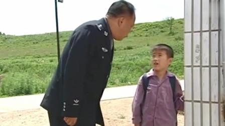 小孩交不起学费,老师不让他上学,谁料局长走了过来