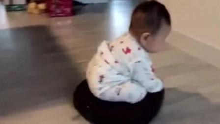 爸爸在家带小宝宝做家务,这操作直接看呆了,做事带娃两不误!