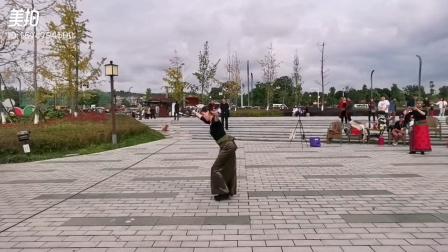 楠楠健健老师的宝贝女儿瑞瑞在绵阳湿地公园表演《2020奇美》