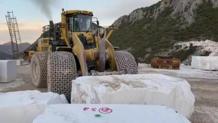 矿山上的装载机橡胶车轮用防滑链保护起来能减少被石块刺破的损坏