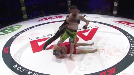 最悲催的拳手,一头撞到对手膝盖上,直接倒地不起