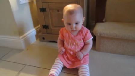 小宝宝的一个举动,让爸爸瞬间就崩溃了,没想到宝宝的表情太逗了