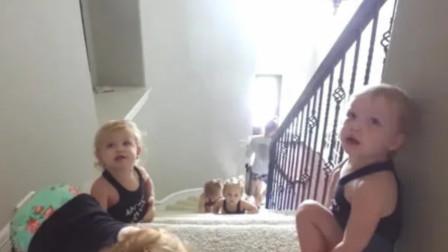 五胞胎纷纷卧倒下楼梯,那井然有序的画面,看上去太可爱了!